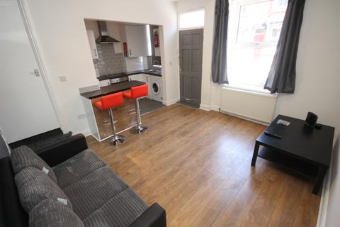 3 bedroom terraced house to rent - Thornville Terrace, Hyde Park, Leeds, LS6 1JT