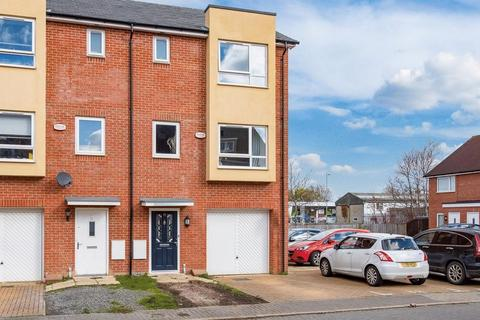 4 bedroom end of terrace house for sale - Stilton Close, Aylesbury