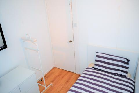 1 bedroom flat share to rent - Lawrence Close
