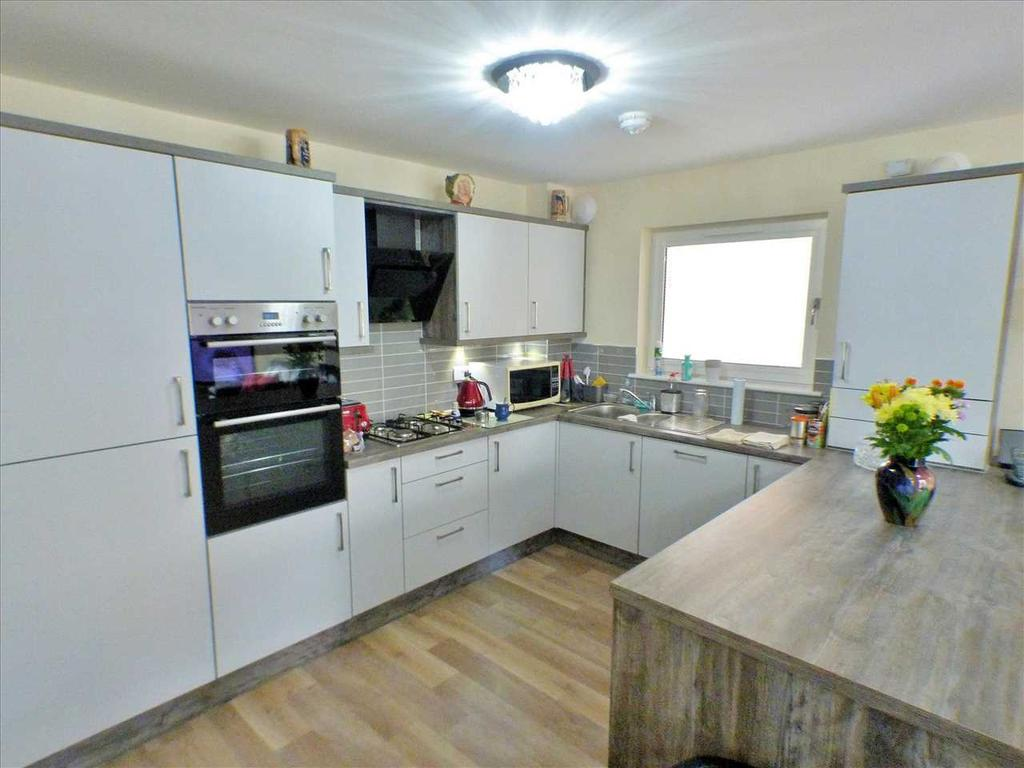 Kitchen With Breakfast Bar & Open Plan Lounge (1)