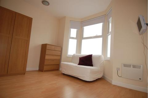Studio to rent - Brownhill Road, Catford, SE6 2EJ