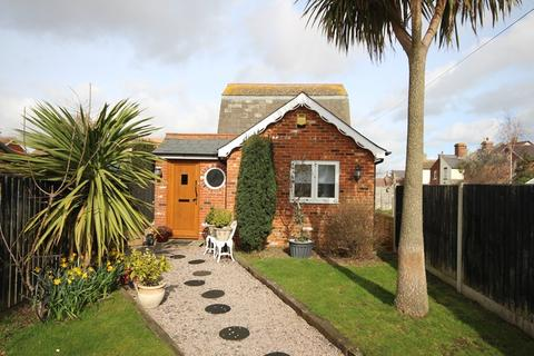 2 bedroom cottage for sale - North Road, Clacton-On-Sea