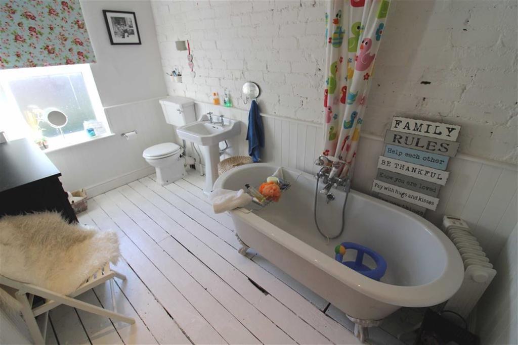 Spacious bathroom (rear)