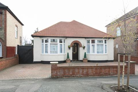6 bedroom detached bungalow for sale - Hampton road, Chingford, E4