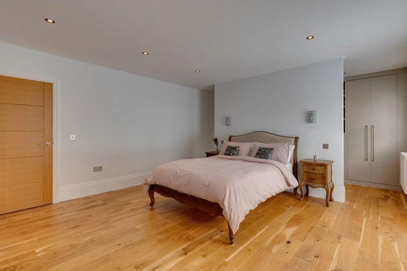 En suite to bedroom