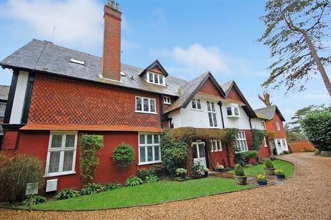 2 bedroom flat for sale - Downshill, Hogs Back, Seale, GU10