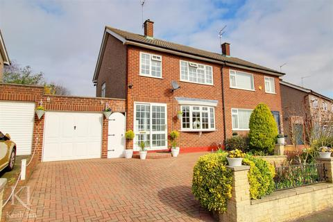 3 bedroom semi-detached house for sale - Kingsway, Ware - Close to good schools