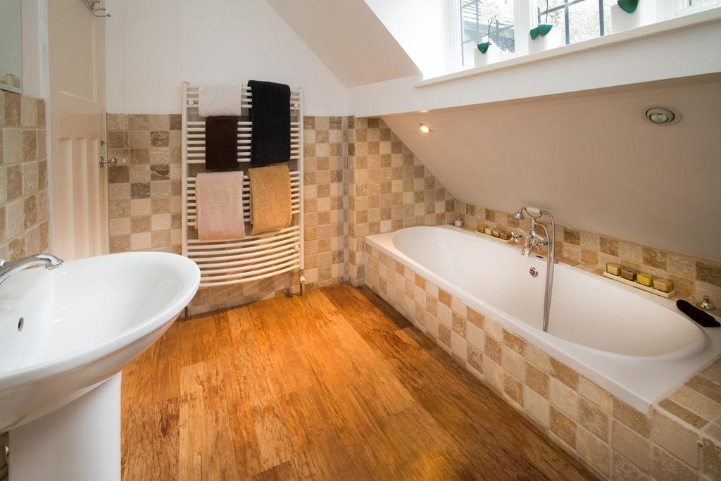 HOUSE BATHROOM L1140502.jpg