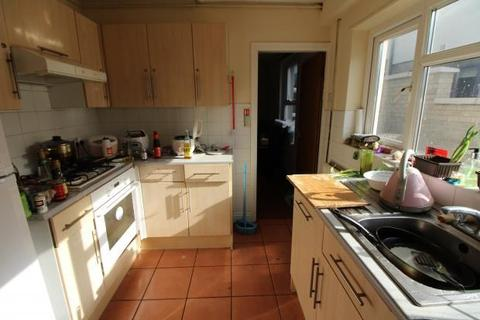 5 bedroom terraced house to rent - Thesiger Street, , Cardiff