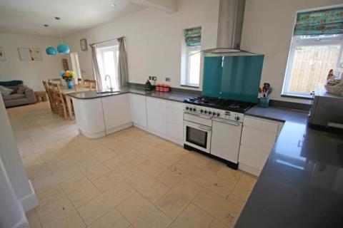 4 bedroom semi-detached house to rent - Saddlescombe Way, London, N12
