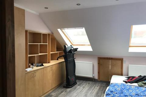 3 bedroom flat share to rent - Roslyn Road, London, N15