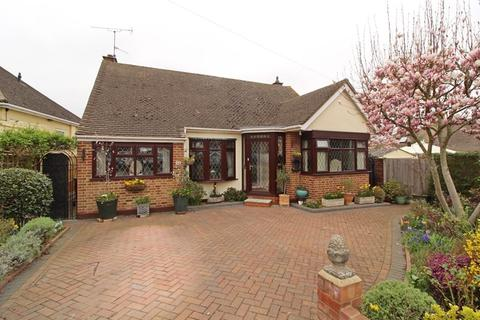 3 bedroom detached bungalow for sale - Moor Park Gardens, Leigh-On-Sea