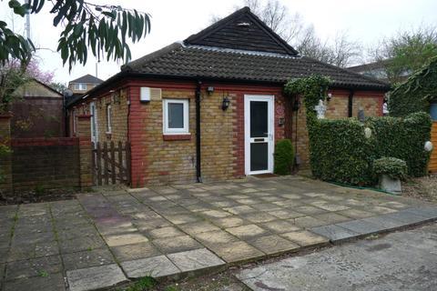 5 bedroom bungalow to rent - Tyrell Close, HA1