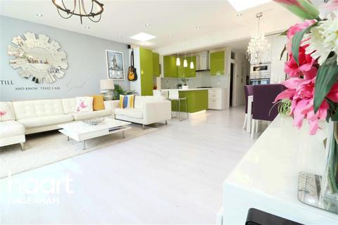 4 bedroom bungalow to rent - Purland Close, Dagenham