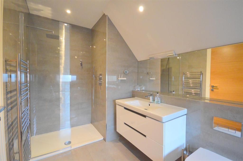 Master Bedroom Ensuite Bath/Shower Room