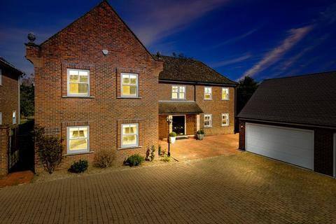 5 bedroom detached house for sale - Meadow Way, Chigwell