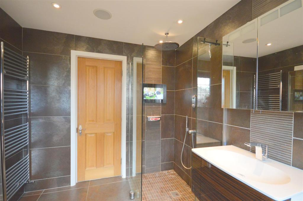 En Suite Bath/Shower Room