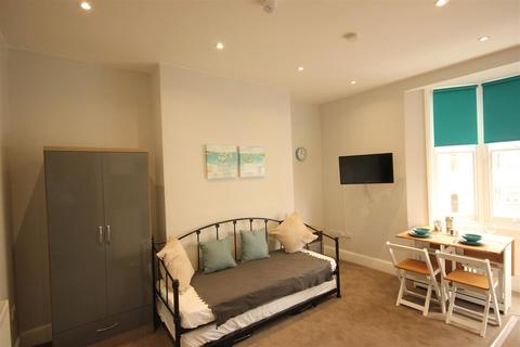 Studio to rent - Western Road, Brighton