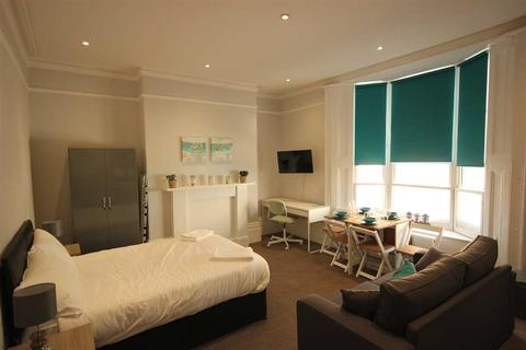 Studio to rent - Western road, Brighton