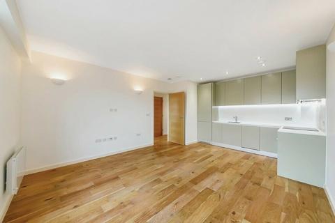 Studio to rent - Windmill Road, Sunbury-On-Thames, TW16
