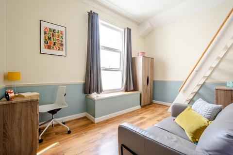 Studio to rent - Flat 3, 63 Brudenell Road, HydePark