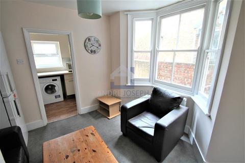 4 bedroom terraced house to rent - Hazelbourne Road, Balham, London, SW12 9NR