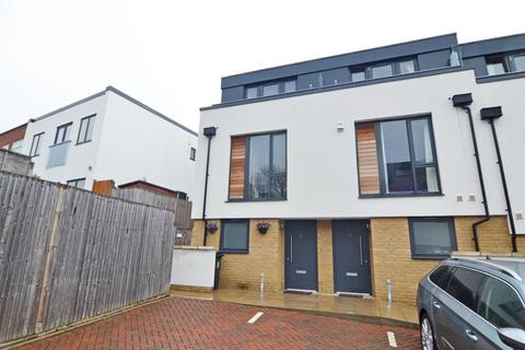 3 bedroom end of terrace house for sale - Fallow Place, Teddington, TW11