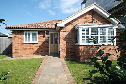 2 bedroom detached bungalow for sale - Berryscroft Road, Laleham, TW18