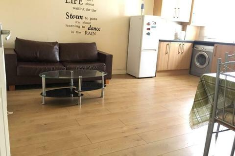 2 bedroom flat to rent - Wood lane, Martins Corner, Dagenham, London RM8