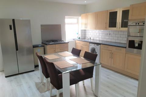 5 bedroom flat to rent - Burnt Oak Broadway, Edgware
