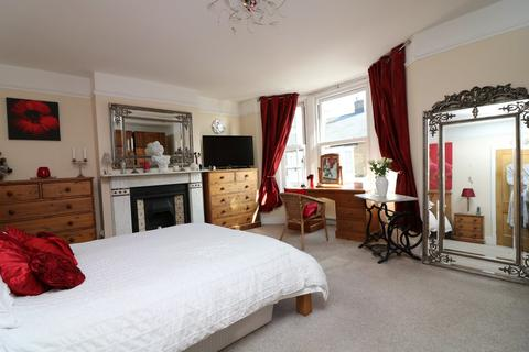 4 bedroom end of terrace house to rent - 32 Gilford Road