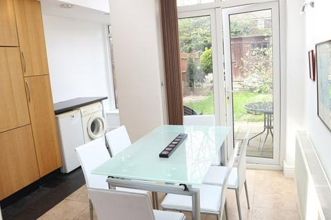 4 bedroom townhouse to rent - Almond Avenue, London
