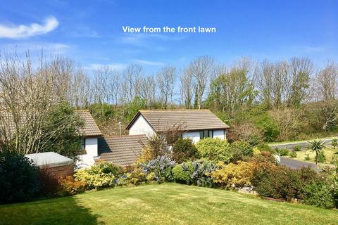 4 bedroom detached house for sale - Adaptable accommodation and sunny Southerly gardens at Willow Drive, Camborne