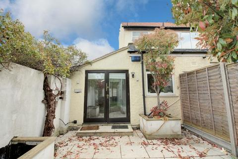 Studio for sale - Clive Road, Enfield