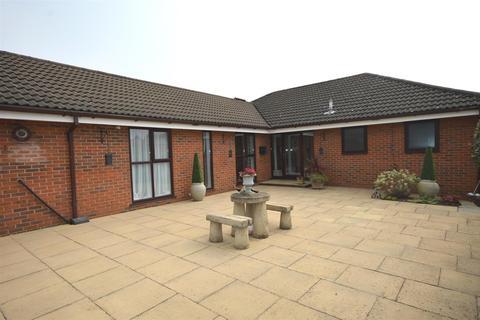 4 bedroom detached bungalow for sale - Flat Lane, Sandbach