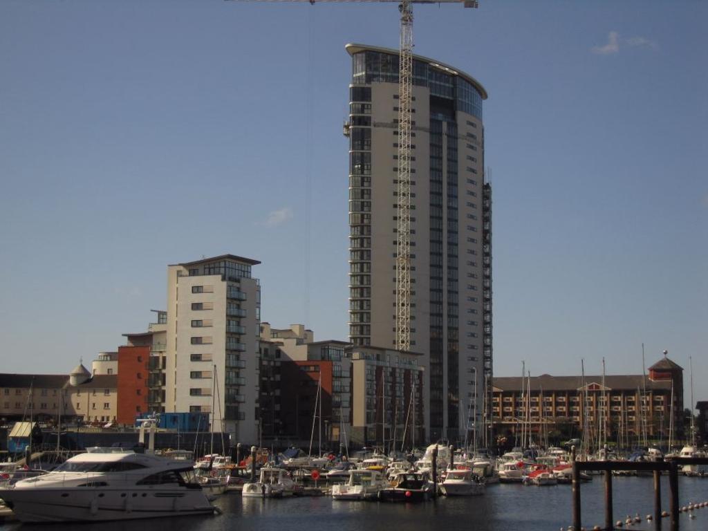 2 Bedrooms Flat for sale in Meridian Tower, Maritime Quarter, Swansea