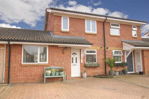 2 bedroom semi-detached house for sale - Savernake Road, Aylesbury