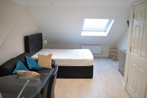 Studio to rent -  Uplands Road, Room 6, Woodford Green, IG8