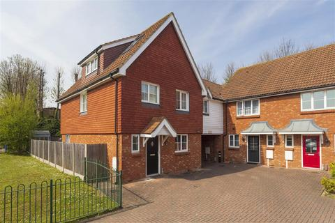 4 bedroom end of terrace house for sale - Finch Close, Faversham