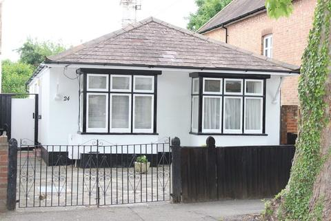 2 bedroom bungalow for sale - Avenue Road, Staines-upon-Thames