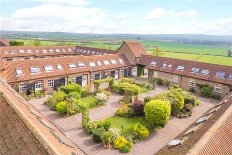 2 bedroom barn conversion for sale - Mentmore Court, Howell Hill Close, Mentmore, Buckinghamshire, LU7