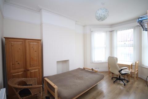 Studio to rent - Allison Road, London, N8
