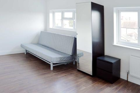 Studio to rent - Gunnersbury Avenue, Acton