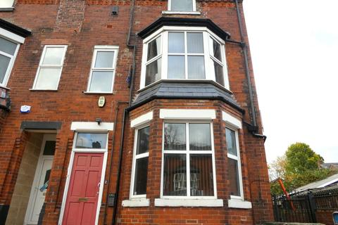 6 bedroom end of terrace house to rent - Booth Avenue, Fallowfield