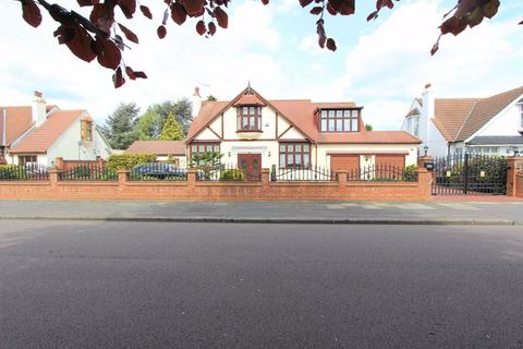 5 bedroom detached bungalow for sale - Parkway, Ilford, Essex, IG3