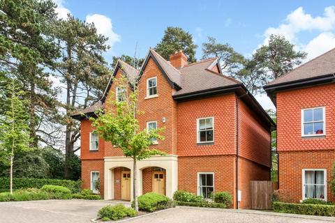 4 bedroom semi-detached house to rent - Queensbury Gardens, Ascot