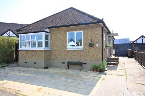 2 bedroom detached bungalow for sale - The Close, Potters Bar