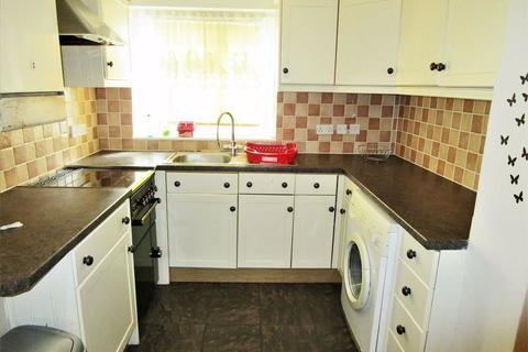 3 bedroom terraced house to rent - Rochfords Gardens, Slough, Berkshire