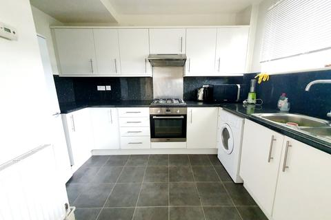 3 bedroom flat - Burbage Close, Borough