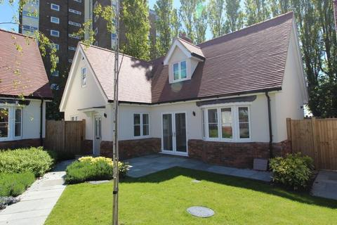 3 bedroom detached house for sale - Avenues Location, Frinton-On-Sea